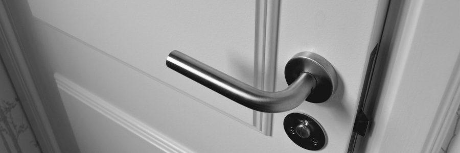Zelf je deuren vervangen in huis? Vergeet vooral deze 5 producten niet!